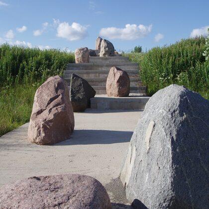 BEZGALĪBA. 2007. Laukakmeņi, betons. 1500/50000/400cm. Gaiziņkalna apkārtne