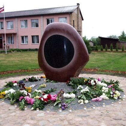 MELNĀ SAULE. (padomju okupācijas upuru piemiņai). 2011. Granīts. 190/150/100cm. Užava