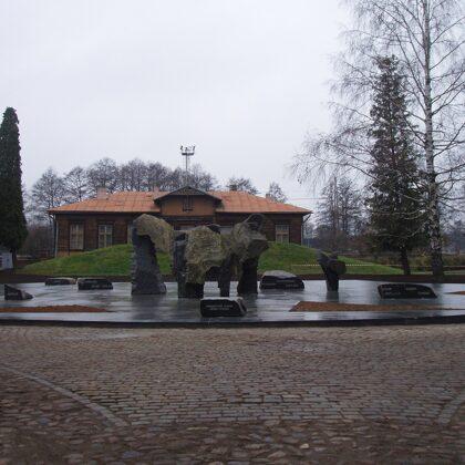 KOMUNISTIKĀ TERORA UPURU PIEMIŅAI. 2001. Torņakalns,Rīga(arhitekts Juris Poga)