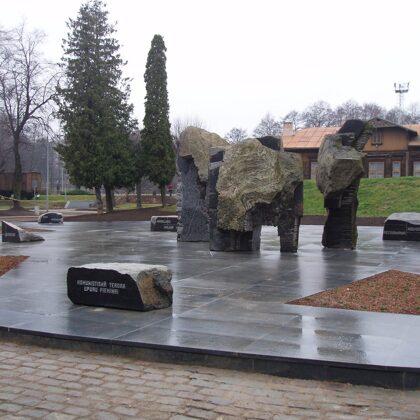 KOMUNISTISKĀ TERORA UPURU PIEMIŅAI. 2001. Torņakalns,Rīga(arhitekts Juris Poga)