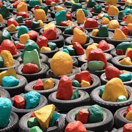 URBĀNIE ZIEDI. 2010. Krāsoti akmeņi, autoriepas. 70/1500/1500cm Pedvāle